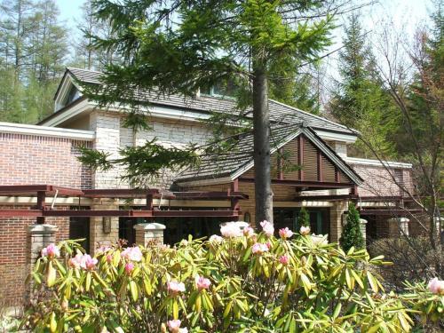 中国料理レストラン「翆陽」(写真)の前にシャクナゲの花が咲いている。チェックアウト後、翆陽でランチをとる。麺飯セット(1890円:税込)を注文し、リゾートのランチで締めくくる。