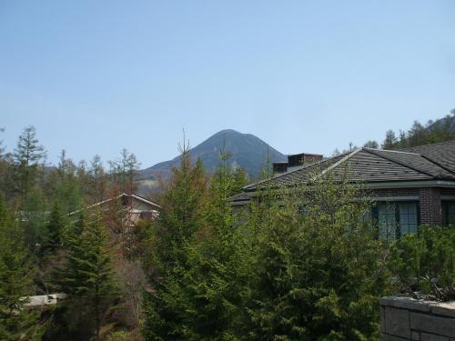 テラス席から見た「蓼科山」。蓼科山は標高2530mで山頂からの眺めは抜群である。蓼科山の中腹、御泉水から登れば2時間くらいで頂上に着く。