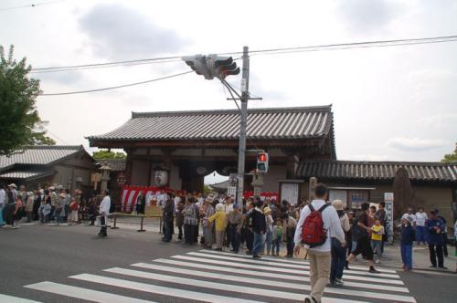 東寺に行きたいのに、いつも利用している入口からは中に入れない模様。