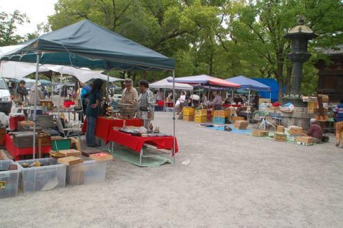 売られているのは、陶器などが中心である。やはり、弘法さんの市のほうが規模が大きい。
