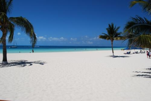 このホワイトサンドビーチがこんなに空いてます。