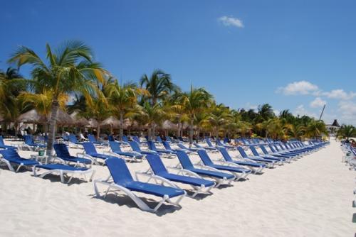 ビーチチェアも殆ど空いてます。普段なら空いているビーチチェアを探すのが大変なのに・・・