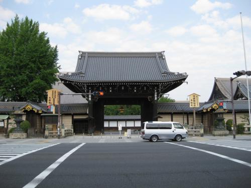 翌日<br />出張の用務の前に、<br />ちょっと早起きして京都駅周辺を散策することに。<br />京都のお寺たちは閉館も早いですが、<br />開館も早いからこういうことが可能なんですね。<br /><br />ということでまず訪れたのは、<br />世界遺産の1つ「西本願寺」です。<br />京都駅から歩いて10分ほど北西に行ったところにあります。