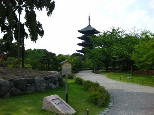 さぁ、京都のシンボルが見えてきました。<br />東寺の五重塔です。<br /><br />先ほどの西本願寺が親鸞さんの浄土真宗なら、<br />この東寺は空海さんの真言宗の建物です。