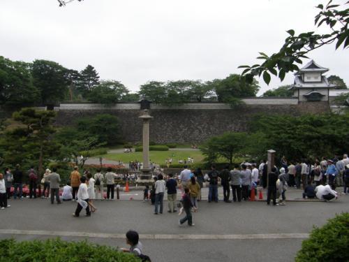 福井県の東尋坊、三国の後は、<br />えちぜん鉄道で行かれる永平寺や、<br />福井〜金沢間にある加賀温泉周辺を<br />楽しもうかと思っていたけど、<br />結構、夕方に近づいていたので、<br />金沢城と兼六園のライトアップに<br />遅れてはいかん!と、金沢に向かうことに。<br /><br />この路線は普通列車は1時間に1本しかなく、<br />あとは特急ばかり。<br />すごいボッタクリ路線?なのです。<br /><br />ということで、仕方なく、<br />この日、2回目の特急利用となりました。<br /><br />金沢駅に着くと、ものすごい人の数でビックリ!