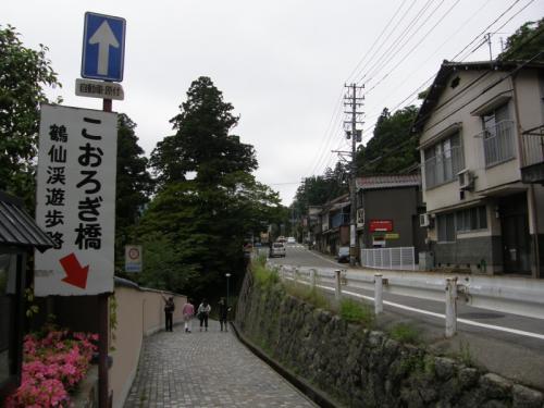 JR加賀温泉駅を降り、バス停へ行くと、<br />バスは1時間に1本。<br /><br />しばらくバスを待ち、バス停「こおろぎ橋」で、<br />バスを降り、散策を開始。<br /><br />