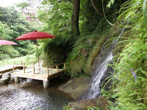 自然の中をしばらく散策し、川床に到着。<br /><br />夏は涼しげで良いです。<br /><br />