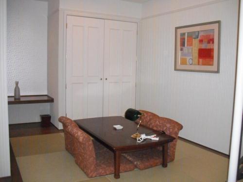客室面積は約50?、バルコニー面積は約4.5?ある。宿泊代金は11500円(ルームチャージ)定員5名。大人数で泊まればエクシブは安くつく。写真:客室の和室