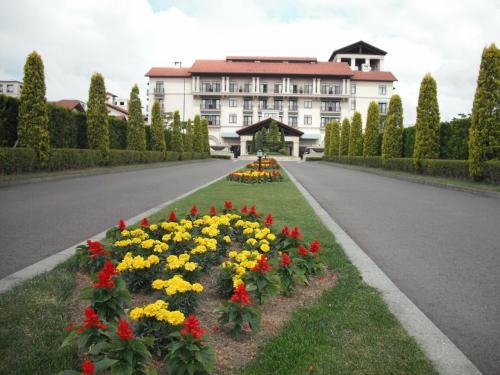 一般道路から分かれてゴルフ場の中の道路をしばらく走っていく。なかなかホテル玄関に着かないところがいい。やっとホテル(写真)が見えてきた。