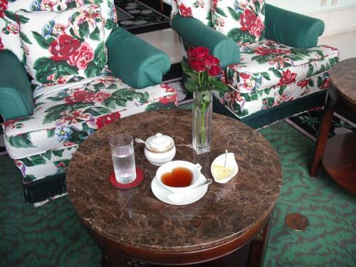 バラの絵柄の椅子に、出てきたティーカップもハート(写真)女性好みのラウンジである。