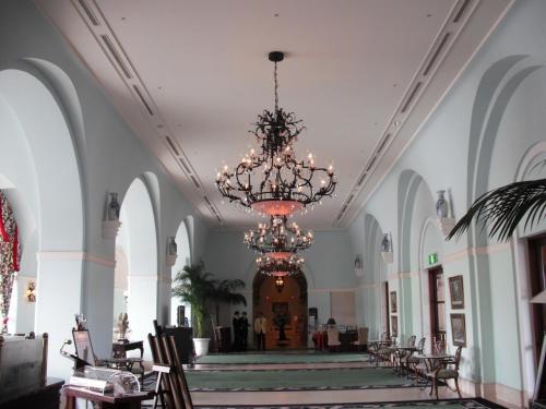 正面玄関からロビーにかけて内装は白で統一され、天井には大きなシャンデリア(写真)が輝く。予想より狭い感じであるがエクシブらしい高級感はある。