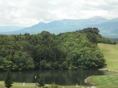 ゴルフ場の彼方に那須連山(写真)が見える。冬はグランディ羽鳥湖スキーリゾートがオープンする。