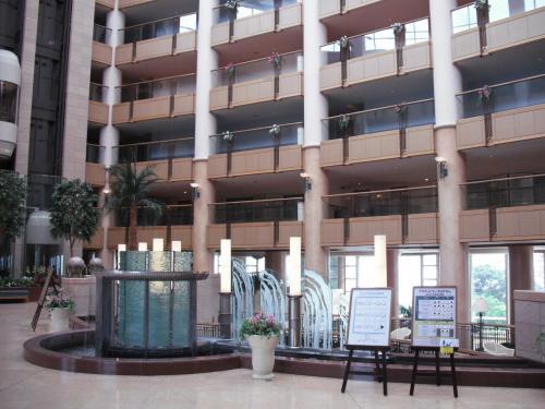 驚きの一撃は天井まで吹き抜けの「アトリウム」(写真)であろう。唖然として周りを見上げる。このホテルは不動産・リゾート開発会社の日本海洋計画が1993年8月に会員制リゾート「初島クラブ」としてオープンしたものである。
