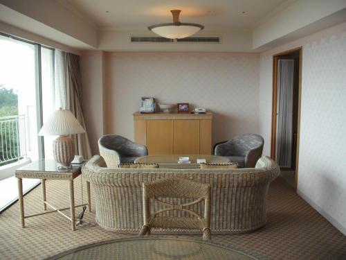 今日の部屋は6階の630号室。通常の2倍くらいのスペースがある広々としたリビングルーム(写真)が素晴らしい。