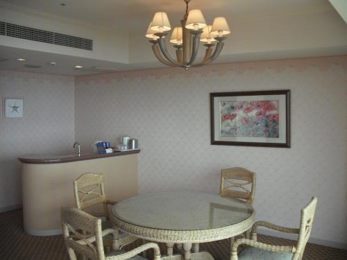 4人がけダイニングテーブルと流し(写真)もある。客室の広さは約101?、バルコニー面積は約8?、合計約109?もある。<br /><br />