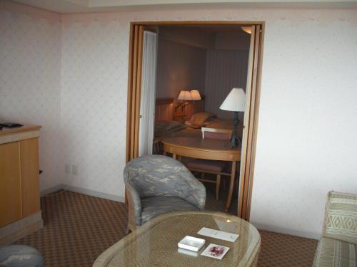 リビングの一角の扉を開けるとメインベッドルーム(写真)が見える。