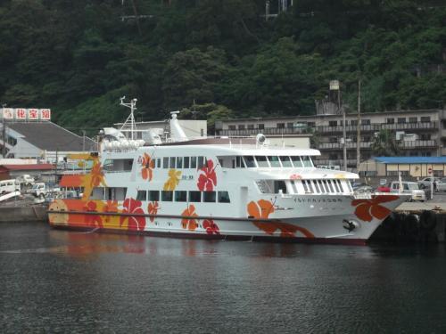初島は静岡県熱海市に属する島であり、伊豆半島東方沖の相模灘に浮かぶ。その島にエクシブ初島はある。熱海港から富士急定期船(写真)に乗っていざ出発。