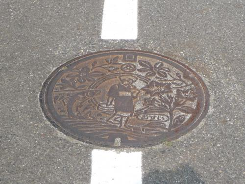 旧中和村から山越えの道を経て、奥津地区に出ました。<br />旧奥津町(現在の鏡野町)のマンホールは、こぶしの花、奥津渓谷の魚(名前は不明)、中央には「足踏み洗濯をする女性」がデザインされています。