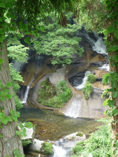 下に下りることはできませんが、道路脇から見た「大滝」です。<br /><br />大きな花崗岩の岩盤上を二股に分かれて流れ下っています。<br />向かって右側の流れの途中には、直径2m・深さ2mの甌穴が口を開けています。