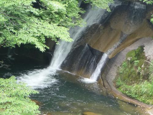 向かって左側の落下部分をズーム。<br />水の透明度も高そうです。