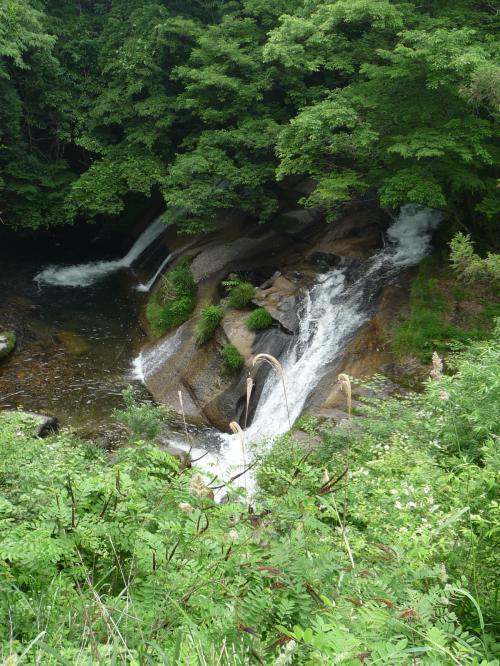 """「大滝」は全長20m・幅20mの渓流瀑です。<br />別名""""二軒屋の滝""""とも呼ばれ、滝壺にはカッパが住み着いているという伝説もあるそうです。"""