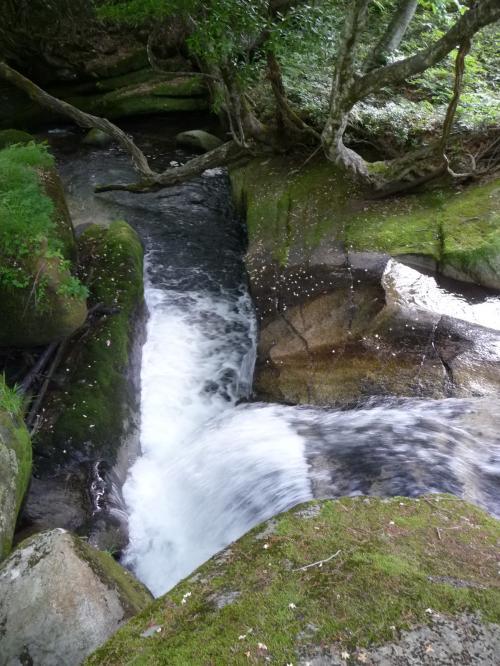「大滝」の滝口部分。<br />上流から流れてきた水が、2回直角に曲がって落ちていくんですね。<br />人工的に造られた水路のようですが、もちろんそうではありません。