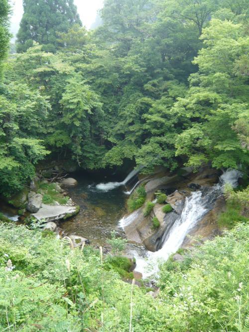 道路沿いに少し上流方向に歩くと、真横から滝全景が見える位置がありました。<br /><br />Photo by wife