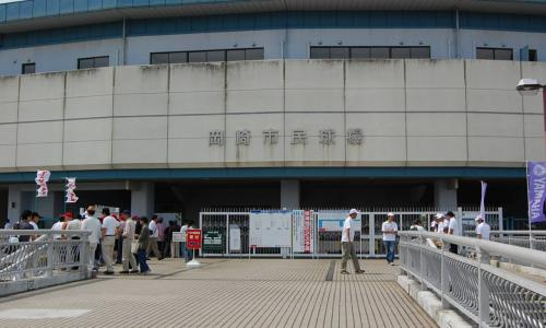 一塁側がヤマハ、三塁側がトヨタ。<br />2年前の第4代表決定戦と同じカードです。