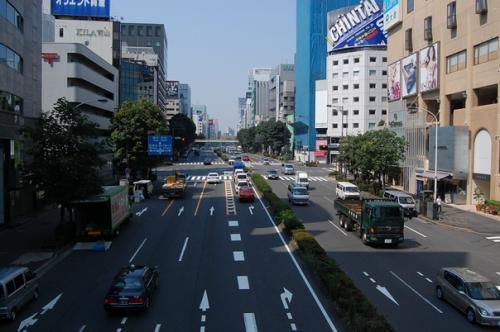 土曜日朝の外苑前にやってきました。<br />歩道橋の上から、渋谷方面です。