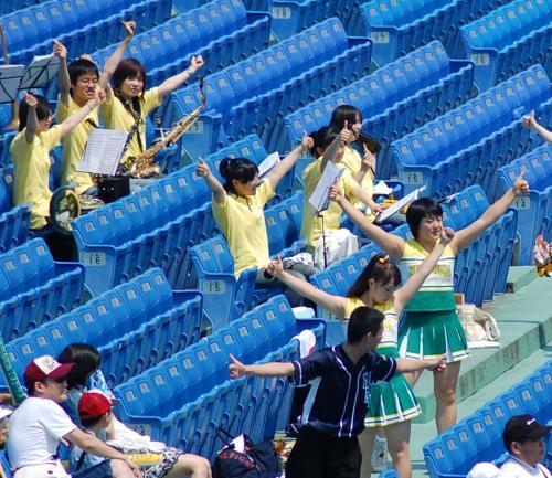 明治安田は、コーポレートカラーの緑と黄色の衣装のチアが応援。