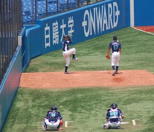 明治安田のブルペンでは、吉井投手がスタンバイ。
