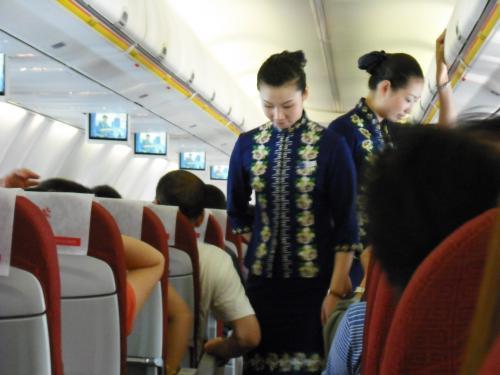 海南航空は初めてです。フライトアテンダントの制服がかわいいです。
