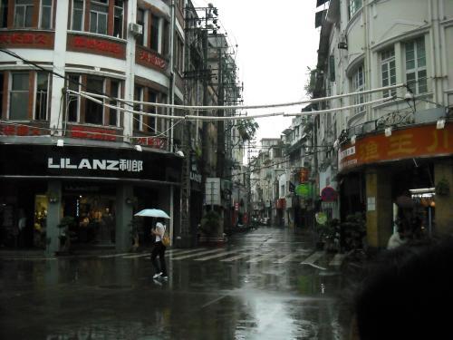 食べ終わったら、雨の中だけど歩きます。街全体がとにかく中国っぽくないんです。(中国というか、北京とは違うというか…)