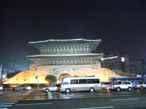 東大門市場を探して迷っていたら突然出てきたので、本当に東大門か半信半疑で撮りました。笑<br /><br />韓国は、観光なのか、グルメなのか、ショッピングなのか、初日は迷子になりました。<br />こうやって建物はあるものの、どう楽しめばいいのかわからなくって。で、結局、ショッピング!