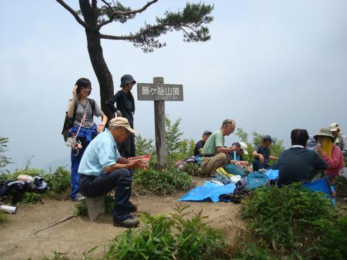 「ゆきだるま」は、登山口から約1時間30分で頂上に着きました。Kをはじめ他のメンバーはすでにお昼を食べ始めていました。<br /><br />私に付き合って『歩き続ければ必ず頂上に着く』って励ましてくれた「世話人」さんありがとう!で〜す。