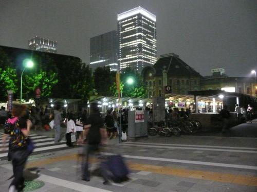 乗車場所、東京駅丸の内側、旧中央郵便局前。カバン持った人がぞろぞろ集まっていきます。