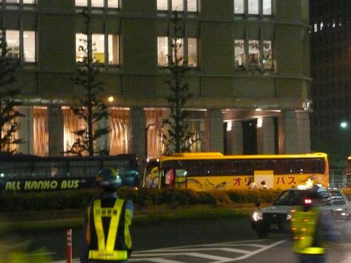 東京駅、丸の内側。以前は高速バスといえば八重洲側で乗ったのですが・・・・・今でも常設高速バスは八重洲側で乗りますが、でもいつの間に反対の丸の内側にも深夜バス乗り場ができたのか?夏の間だけ?