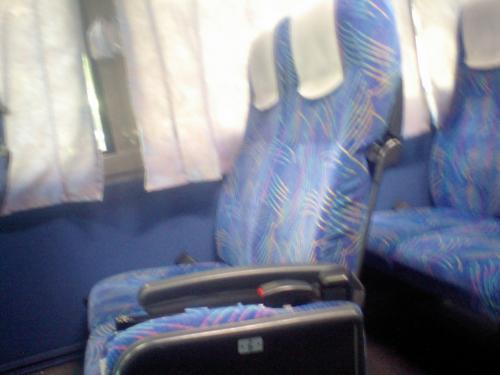 常設の深夜高速バスは一人がけ、前後もゆとり有りでJALのJクラスという感じなのですが、これは普通の観光バス、真ん中通路で左右に2席、リクライニングも普通にしかせず・・・・まあ、飛行機のエコノミーといっしょですけれどね。紙オシボリと使い捨て歯ブラシは入り口入ったところから自由に持っていけますが、1つあれば十分です。
