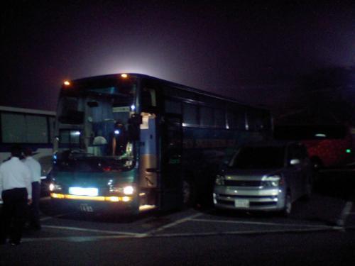 本当に普通の観光バスです。常設深夜バスはトイレが付いていて目的地まで降りることはありませんが、このバスはトイレは付いてませんので、2時間走ってはSAに停まり運転手交代を兼ねたトイレ休憩となります。