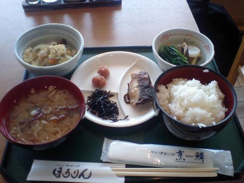 駅の建物に戻り、朝食バイキング¥700<br />うまい!食べ放題。安い!<br />苦労した甲斐があった?ちょと違うか。でも7:00〜9:30までなので、東京駅1番列車で間に合うかぎりぎりです。って、わざわざ新幹線で食べに来るほどでもないか?