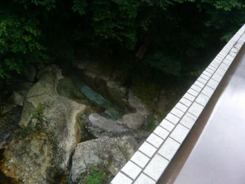湯西川の金井旅館さんと清水屋旅館さんの間にかかる橋の下にある露天風呂。<br />金井旅館さんが管理されているそうです。<br />人目につく所にあり入浴されている人を見ることは、滞在中できませんでした。<br />かなり熱い湯でした。<br />