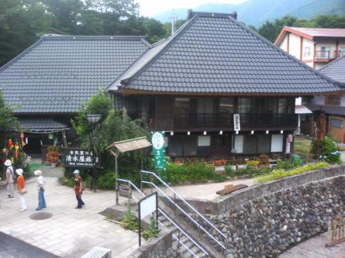 宿泊旅館はこちら『清水屋旅館』さん。<br />http://www.shimizuya.burari.biz/index.html<br />http://www16.ocn.ne.jp/~simizuya/<br />湯西川を目の前にした築?00年かなり歴史のあるたてものです。<br />かやぶき屋根の宿だったのですが管理が難しくやめられ現在の形になっているそうです。<br />母屋と離れにわかれており母屋に廊下を挟んで二部屋と二階に二部屋、離れに一部屋となってます。<br />風呂は、男女ひとつづつの内湯があり24時間源泉賭け流し状態になってます。<br />湯船洗い場ともふたりも入ればいっぱいになるようですが、泉質は軽く硫黄臭がしますがあたりはやさしく良好。