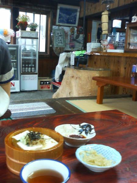 清水屋旅館さんのお隣は、会津屋豆腐店<br />店内には座敷があり冷奴(400円)、飲み物が頂けます。<br />二人でひとつ。夕食前のおやつにはちょうどよかったです。