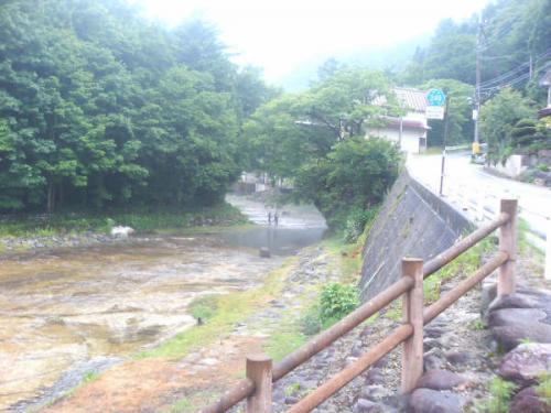 更に上流に向かうとつりをしている方がいらっしゃいました。<br />川の水は澄んでいて橋の上からでも魚影を見ることができます。温泉の湯が流れてこんでいるところに魚が集まっているようでした。