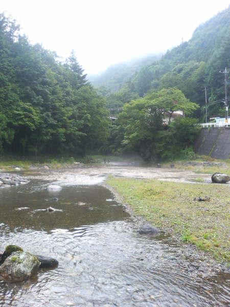 川原にある石をつたって対岸に渡れます。<br />対岸に魚のつかみ取り会場があります。<br />