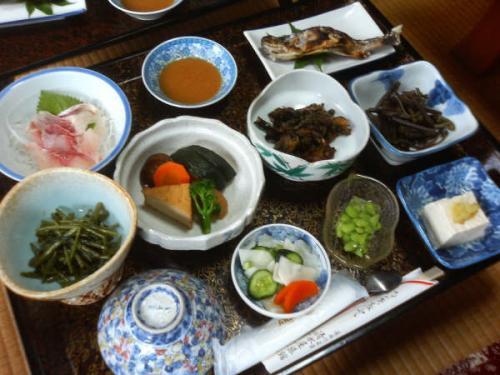 山の天然素材たっぷりの料理。<br />素材を存分に生かしたいい味付けでした。<br />食事場所はお膳を運んで頂いた部屋食でした。<br />