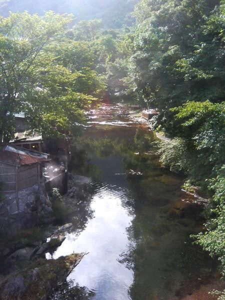 翌朝の散歩。<br />下流に向かって左側。小屋の影に見えるのは旅館の露天風呂です。<br />あっちこっち川辺に面した露天風呂がみることが出来ます。<br />男湯は結構丸見えです。