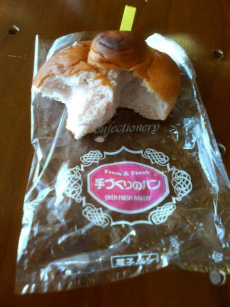 湯西川駅併設された道の駅湯西川で見つけたおすすめお土産の『イチゴパン』<br />イチゴジャムパンではなく果肉を練りこんで焼き上げているパンです。店舗に並べたとたんになるなるっくるい人気でした。<br />丸パンを食パン二種類ありました。<br />土産といいつつ列車にのってすぐに食べてしまいました。<br />ほんのりイチゴの味とイチゴの種の食感がおいしかったです。