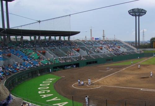 やってきました、保土ヶ谷球場!<br /><br />比較的、高い位置からマッタリと観戦します。<br />とりあえず、一塁側横浜創学館側に入ってみました。