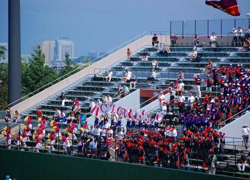 第二試合は、<br />向上VS県立市ヶ尾。<br /><br />向上の応援は、ソフトボール部員のピンクと赤いメガホン。